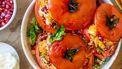 Op deze foto zie je gevulde tomaten met couscous en halloumi