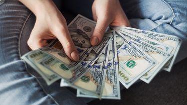 Iemand houdt geld vast.