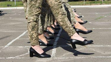 Vrouwen in het Oekraïense leger moeten verplicht op hakken marcheren.