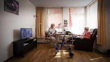 Foto van twee ouderen in een verzorgingstehuis