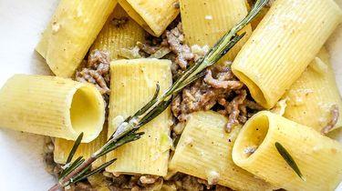 rigatoni met een gehaktsausje, Pecorino en rozemarijn