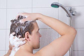 Een foto van een man die zijn haar wast