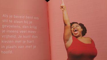 Op de foto zijn twee bladzijdes van het boek Lichter leven. Hoe zwaar weegt je geluk? te zien. Er staat: Als je bereid bent om stil te staan bij je gevoelens, dan krijg je ineens veel meer vrijheid. Je kunt dan kiezen met je hart in plaats van met je hoofd.