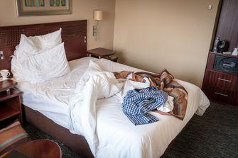 Een foto van een niet opgeruimde hotelkamer, hotelkamers zijn vaakvies