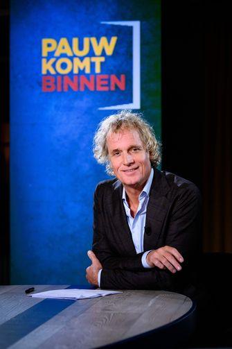 Een foto van Jeroen Pauw aan zijn talkshowtafel