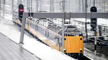 Een trein bij Utrecht CS. Niet alleen het wegverkeer, ook het treinverkeer heeft hier en daar last van de winterse omstandigheden.