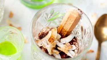 Op deze foto zie je tiramisu in glaasjes met pandan en kokos