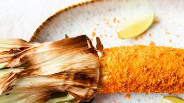 Op deze foto zie je gegrilde maiskolven met Doritos-korsta