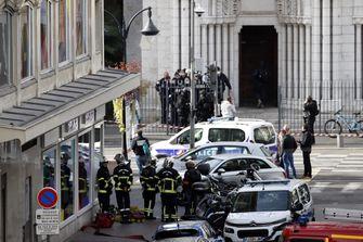 Op deze foto zijn politieagenten te zien bij de kerk waar de aanval plaatsvond.