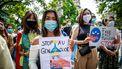Op deze foto zijn mensen te zien tijdens een demonstratie voor de Oeigoeren in China. Ze houden borden vast met 'stop AU genocide'.