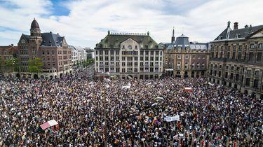 Op deze foto zie protesten op de Dam