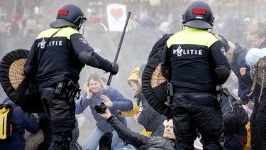 De politie heeft beelden van relschoppers getoond.