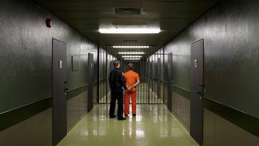 Op deze foto zie je een gevangene in een gevangenis