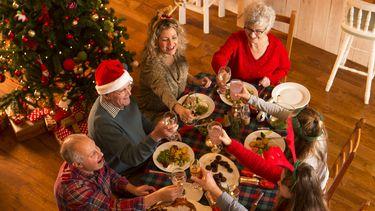 Op deze foto zit een gezin aan het kerstdiner