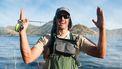 Een visser beschrijft hoe groot de vis is die hij gevangen heeft