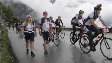 Een foto van Alpe d'Huzes met fietsers en wandelaars op een berg