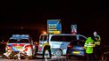 Op deze foto zijn meerdere auto's te zien die betrokken zijn bij een ongeluk.