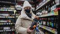 Een foto van een vrouw met flessen drank die bepaald geen alcoholpauze houdt