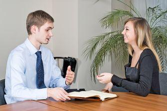 Een foto van een sollicitatiegesprek tussen een man en een vrouw