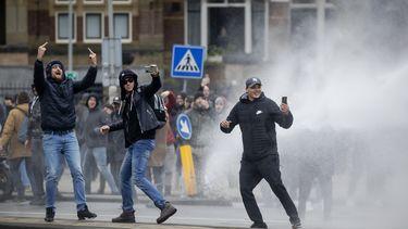 Relschoppers filmen hun acties tijdens de rellen.