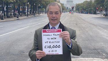 Een foto van Nigel Farage met een briefje over de weddenschap.