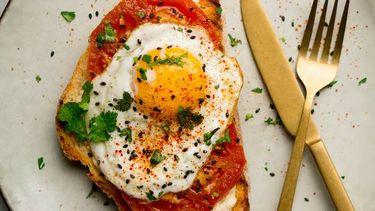 Zalige shakshuka toast met hummus