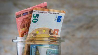 Op deze foto zie je een collecte potje met geld
