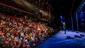 Een foto van Guido Weijers in het Beatrix Theater tijdens proefevenement van Fieldlab