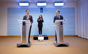 Een foto van premier Rutte, Irma Sluis en Hugo de Jonge