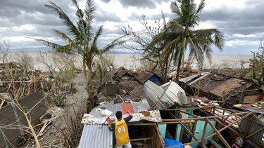 Op deze foto is een verwoest huis in de Filipijnen te zien.
