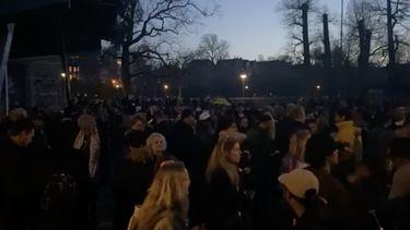 Honderden mensen vieren feest in het Vondelpark.