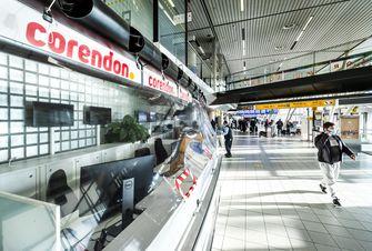 Een foto van een lege Corendonbalie op Schiphol, weinig mensen gaan nu op vakantie