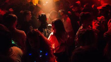 nachtclub discotheek uitgaan coronabesmettingen testbeleid