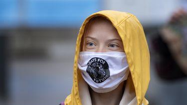 Op deze foto is Greta Thunberg te zien, ze draagt een mondkapje.