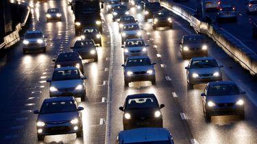 Auto's staan op de A20 in de file tijdens een drukke ochtendspits.