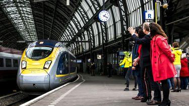 De aankomst van de eerste Eurostar vanuit London op Amsterdam Centraal.