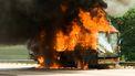 Een foto van een vrachtwagen die in vlammen opgaat. Foto ter illustratie. Vijf vrachtwagens bij een eendenslachterij gingen in vlammen op.
