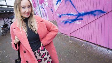 Initiatiefneemster Sandra Kleine Staarman baalt van de blauwe verf op de roze muur. / VINCENT VAN DORDRECHT