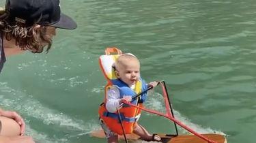 Op deze foto is baby Rich te zien, van zes maanden oud, terwijl hij in zijn eentje waterskiet. Zijn vader zit op de boot naast hem.