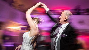 Een foto van een dansend bruidspaar.