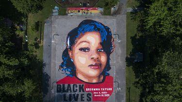 Op deze foto is een muurschildering van Breonna Taylor te zien, met daaronder 'Black Lives Matter'.