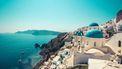 Op deze foto zie je een mooie kustlijn vam Santorini met het beroemde kerkje
