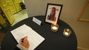 Een vrouw tekent het condoleanceregister voor Anne Faber op het Stadskantoor van Utrecht. Foto: ANP | Ginopress