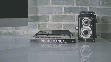 Een foto van een fototoestel en een fotoboek