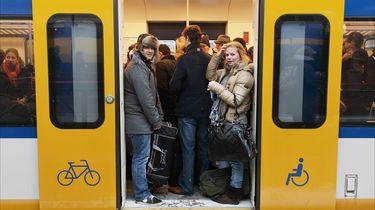 Een overvolle trein vertrekt vanaf Utrecht CS richting Den Haag.