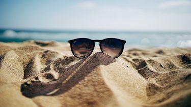 Een zonnebril op het strand.