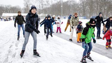 Een foto van schaatsen op natuurijs in Doorn