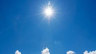 Foto van een stralende zon