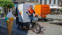 Een foto van een pakketbezorger die door Nijmegen fiets