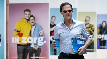 Een foto van premier Rutte met zonnebril die arriveert bij een coalitieoverleg
